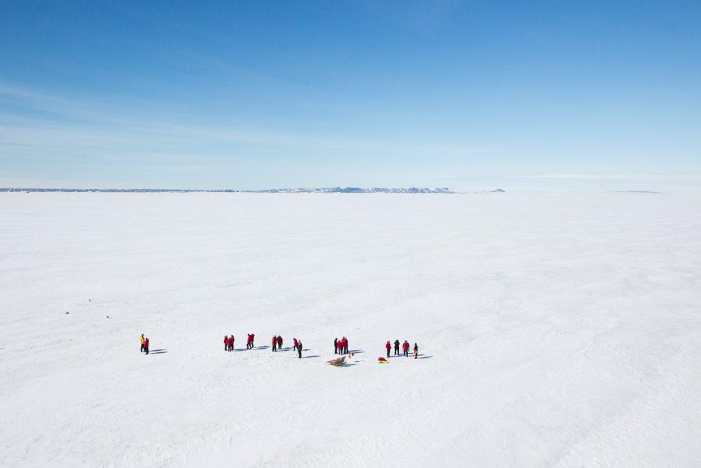 Menschen auf dem Meereis in der Antarktis