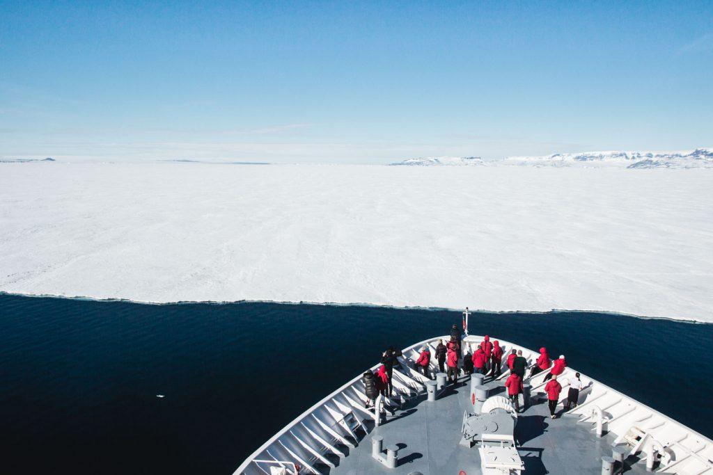 Bug des Schiffes vor der Meereisgrenze