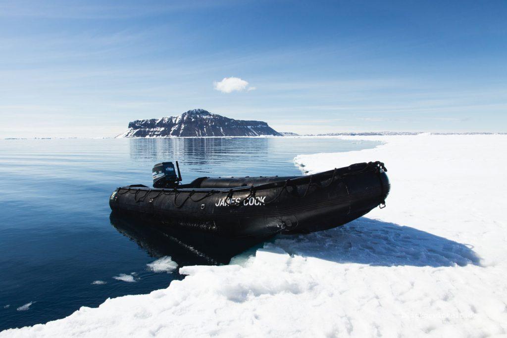 Schlauchboot auf dem Meereis in der Antarktis