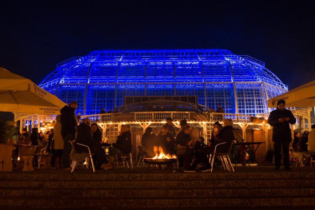Beleuchtetes Gewächshaus im Botanischen Garten Berlin
