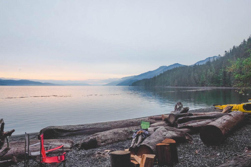 Strand mit Holz und Sitzstühlen auf Vancouver Island