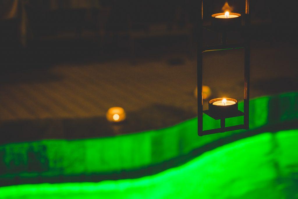 Kerzenschein und beleuchtetes Wasser