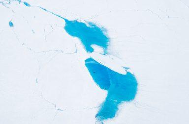 türkises Schmelzwasser auf Grönlands Eisdecke
