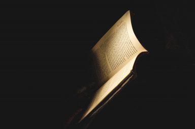 Buch im Feuerschein