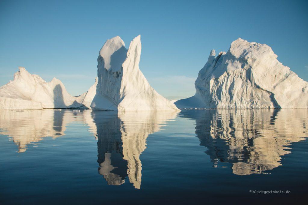 Eisberge in der Mitternachtssonne in Grönland