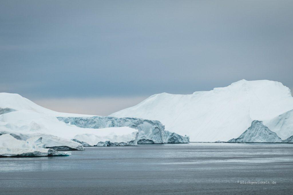 Eisberg vor grauem Himmel