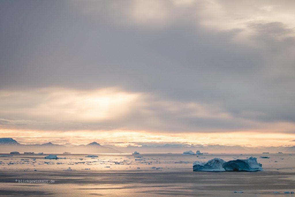 Eisberge auf dem Meer in Grönland