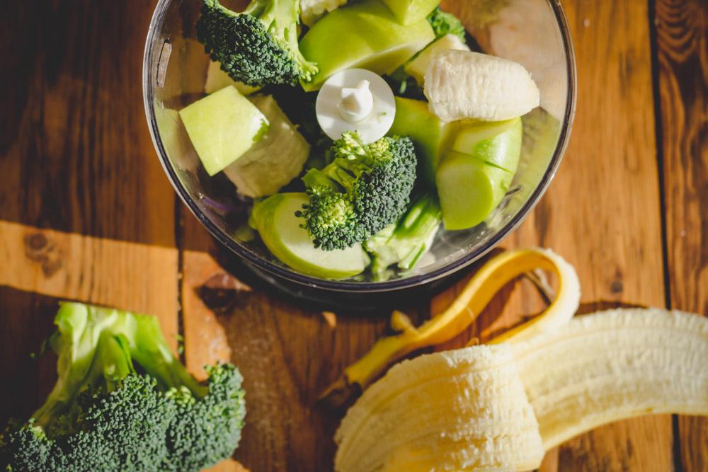 Zutaten für Brokkoli-Bananen-Smoothie im Mixer