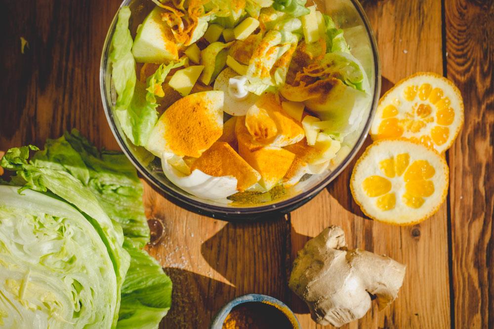 Salat-Orangen-Smoothie im Mixer
