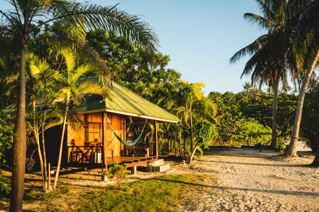 Strandbungalow zwischen Palmen