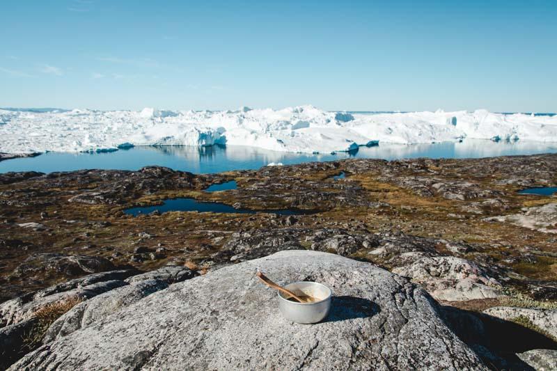 Frühstücksschale auf Felsen vor dem Ilulissat Eisfjord