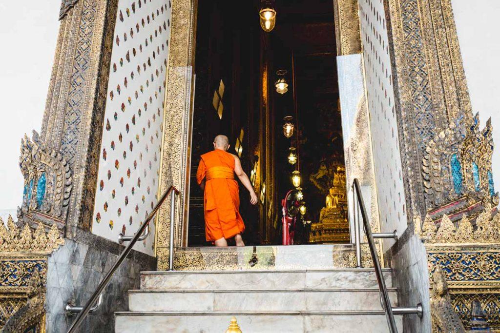Thailändischer Mönch beim Eintritt in einen Tempel