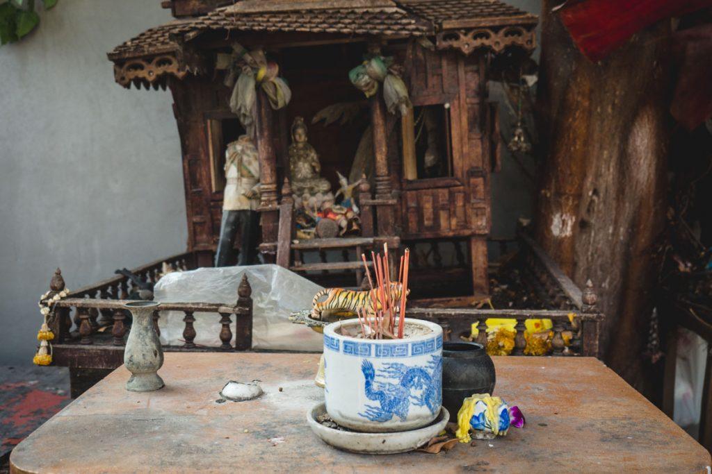 Kleiner Opfertisch mit Räucherstäbchen