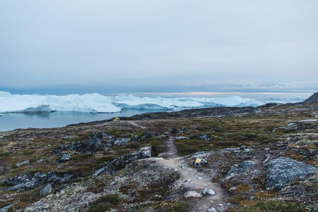 Trampelpfad in Hügeln vor Eisbergen