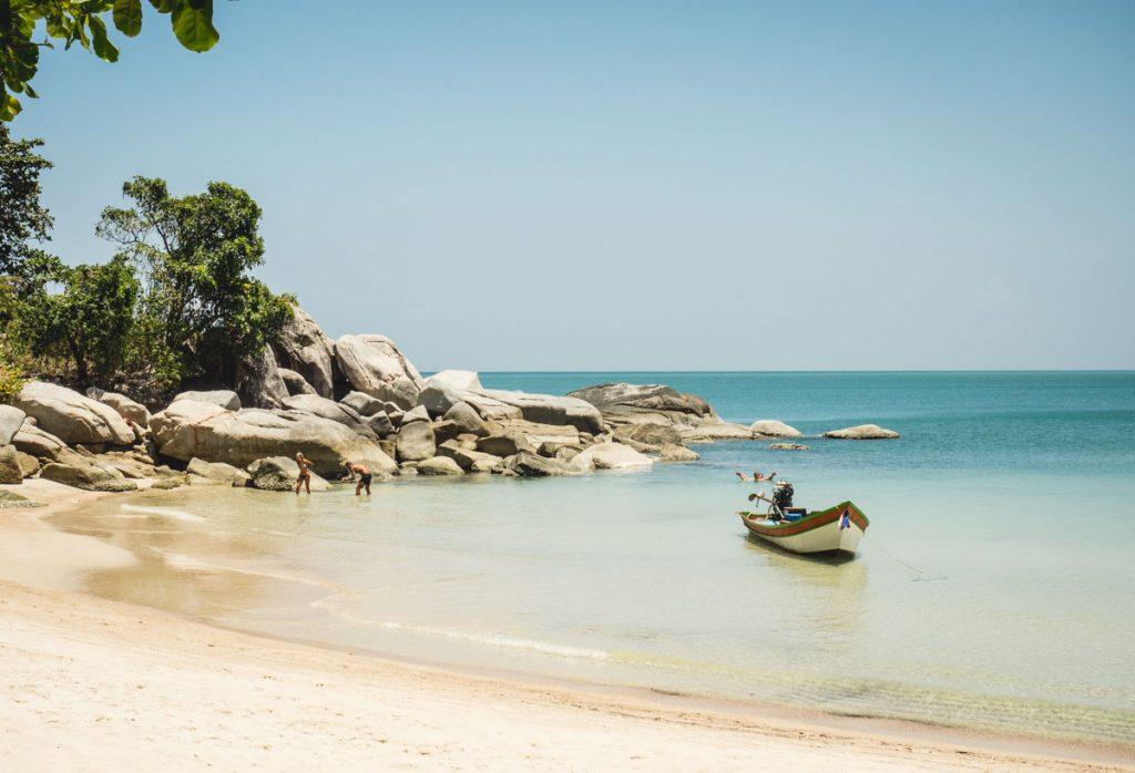 Bucht mit Palmen und Sanstrand und türkisem Meer