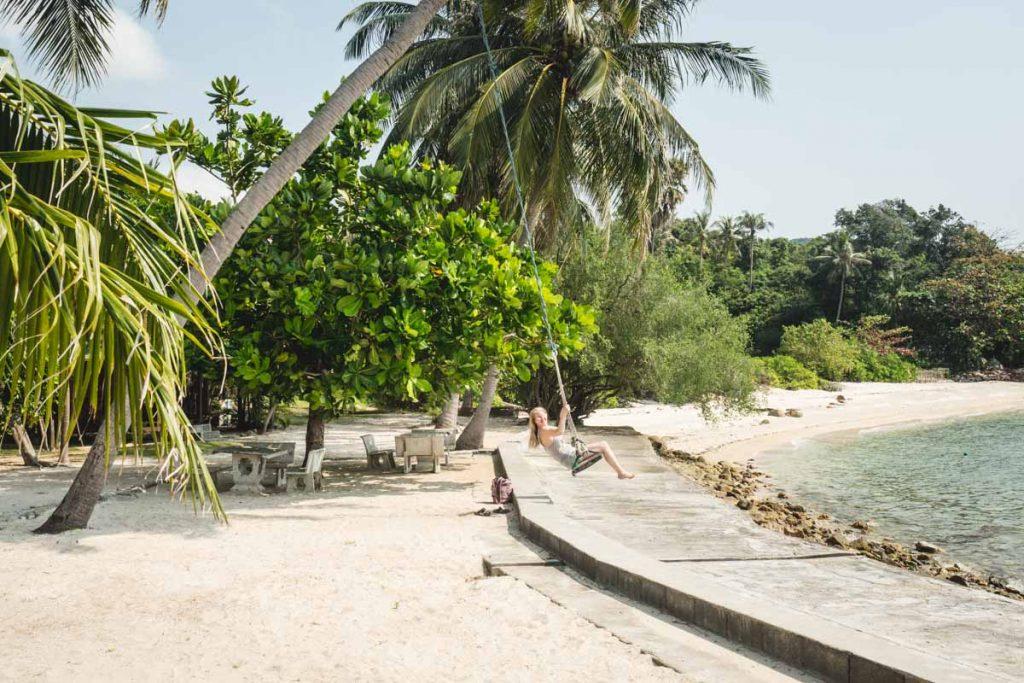 Palme mit Schaukel am Strand