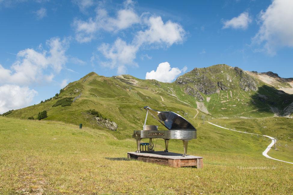 Klavierflügel auf Bergwiese