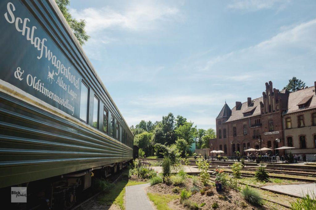 Schlafwagen-Hotel auf stillgelegten Gleisen