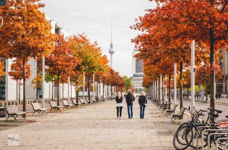 Regierungsviertel im Herbst mit roten Bäumen
