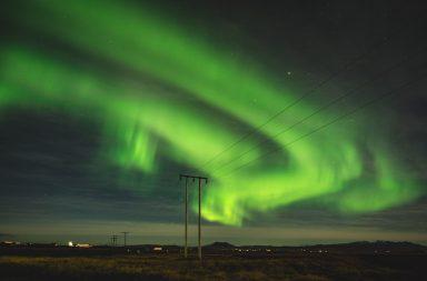 Grüne Aurora am Himmel über Island