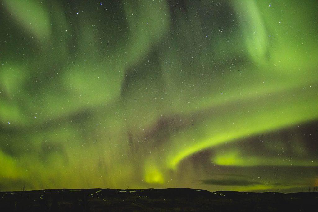 Grün-violette Polarlichter in Island