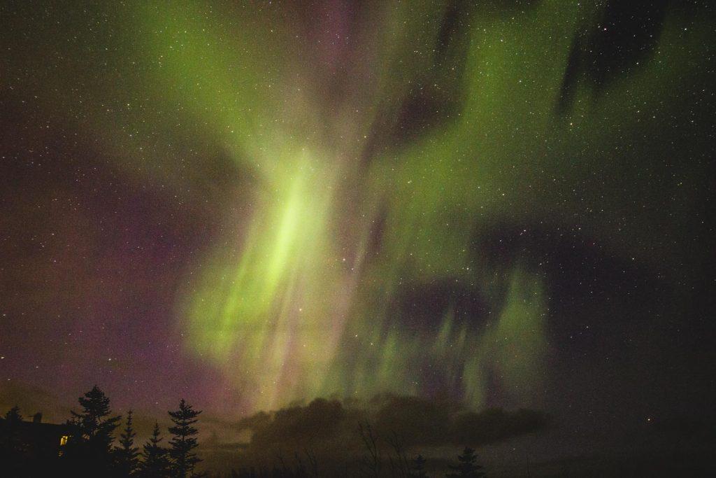 Grün-violettes Polarlicht am Himmel.