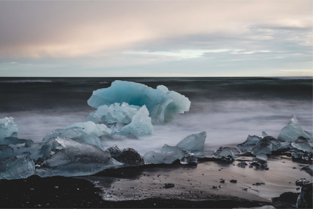 Eisbrocken am schwarzen Strand