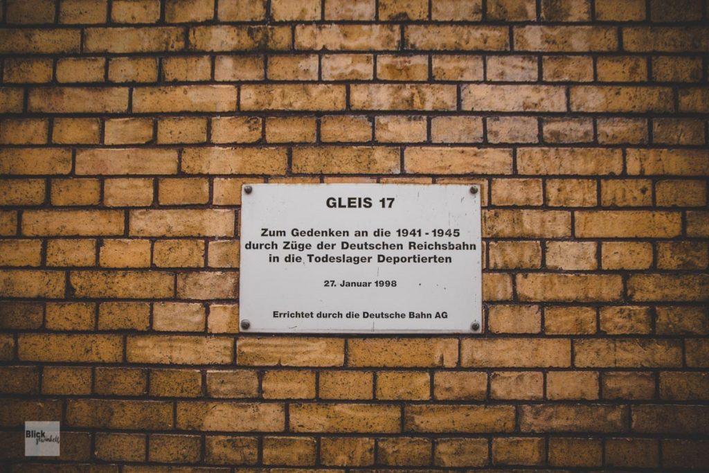 """Gedenkplakette der Deutschen Bahn zum Erinnerungsort """"Gleis 17""""."""