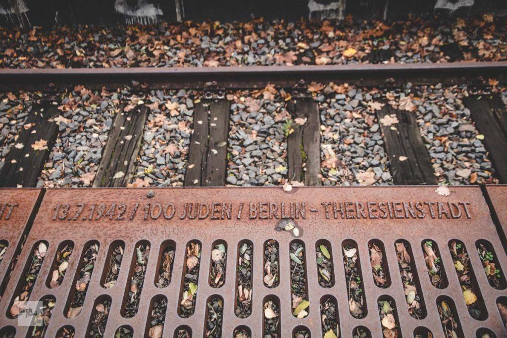 Inschriften an der Bahnsteigkante am Gleis 17 in Berlin