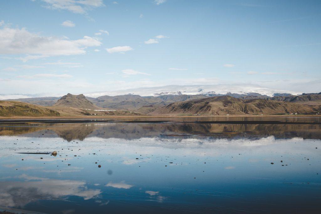 Im Wasser spiegelnde Berge und Gletscher