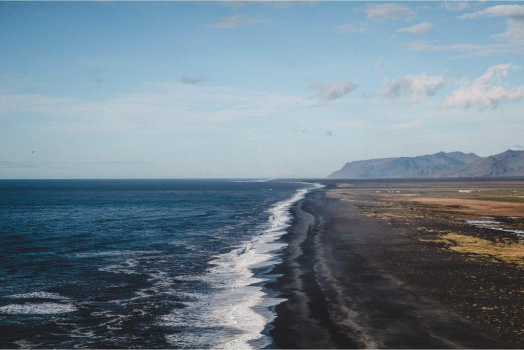 Aussicht über schwarzen Strand, Dyrholaey in Island