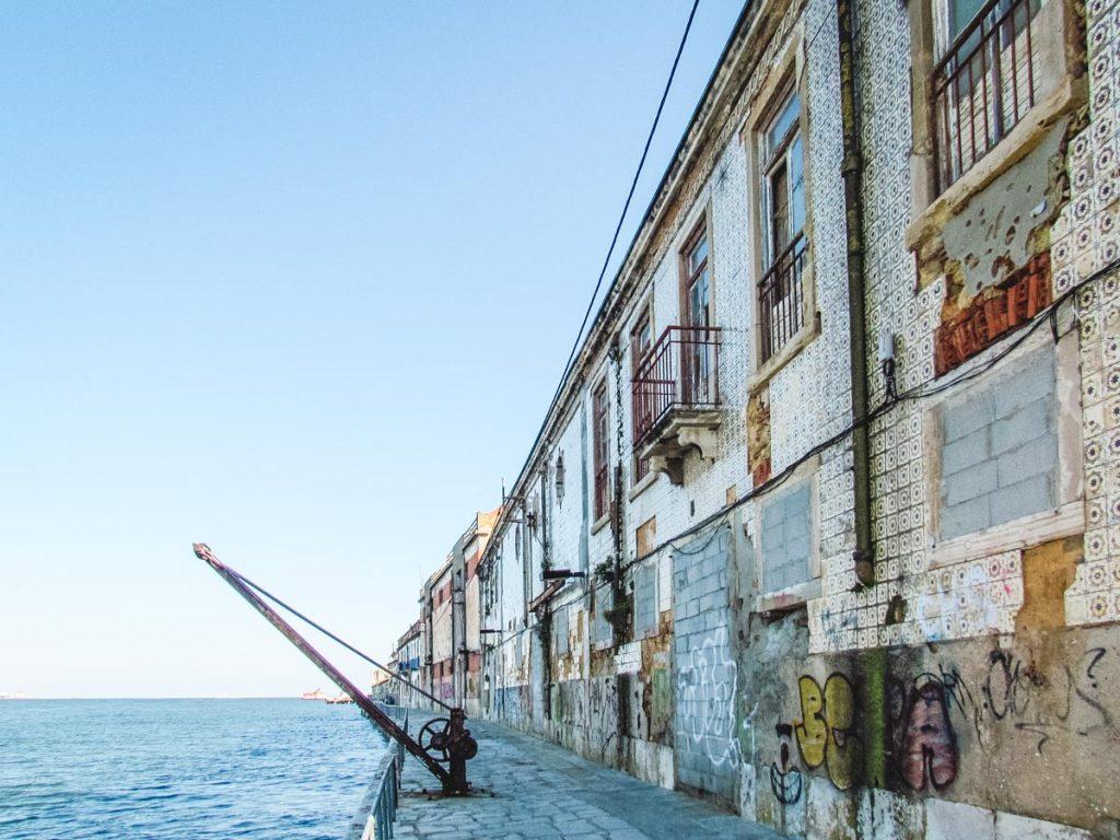 Häuser mit bunten fliesen marodieren in Lissabon vor sich hin