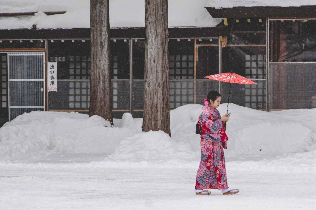 Frau im Kimono im Schnee