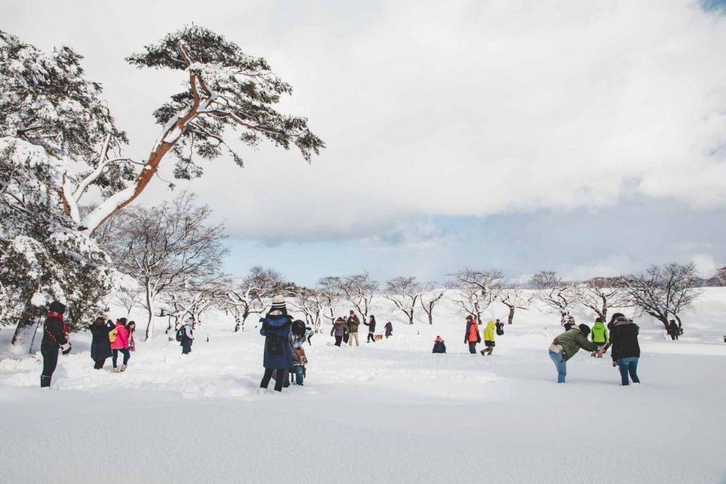 Spielende Menschen im Schnee
