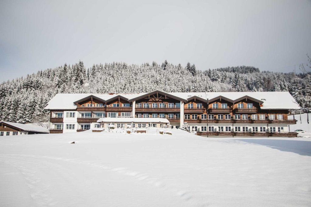 Traditionelles Hotel am verschneiten Berg