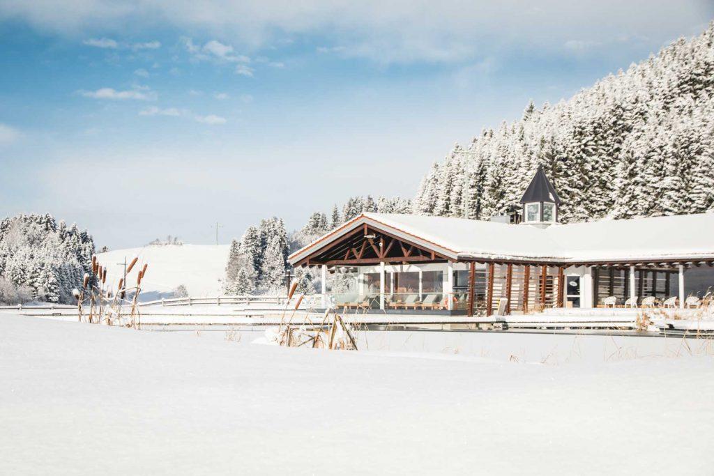 Haus am See im Schnee