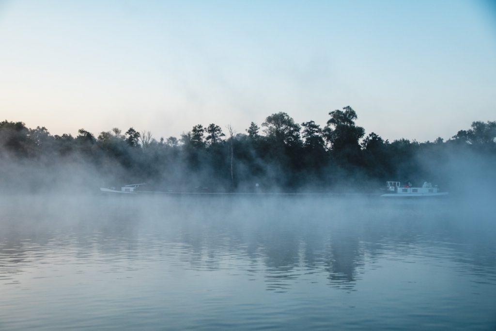 Lastenschiff auf der Havel im Morgennebel