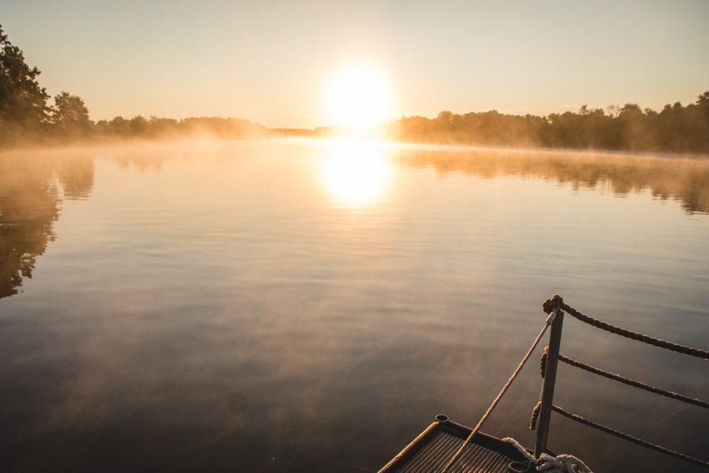 Sonnenaufgang über dem Wasser