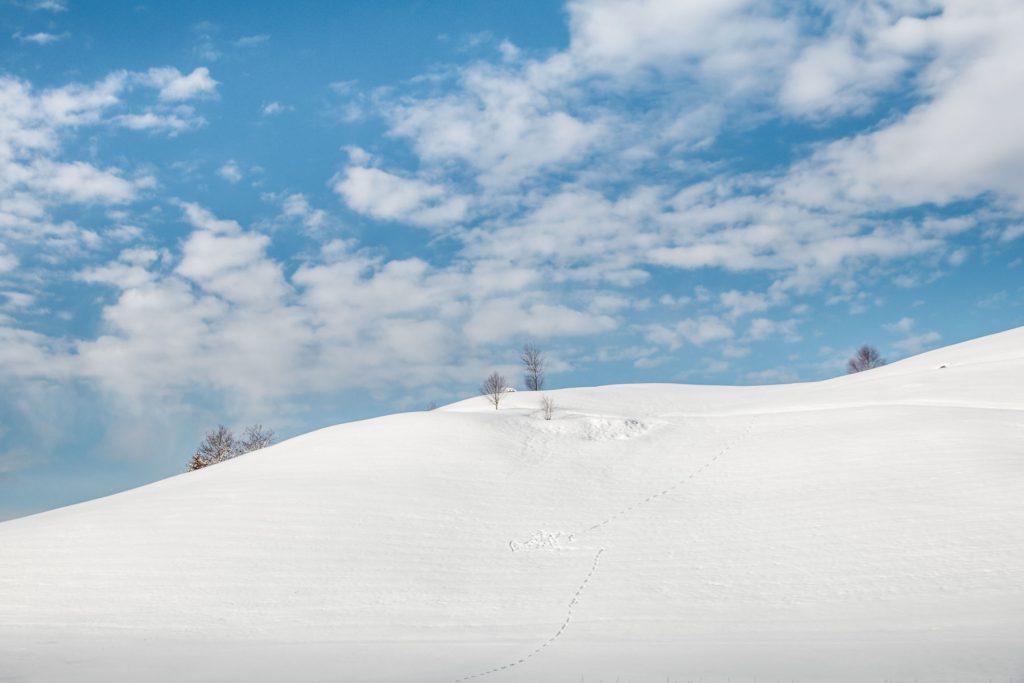 Verschneiter Berg mit blauem Himmel