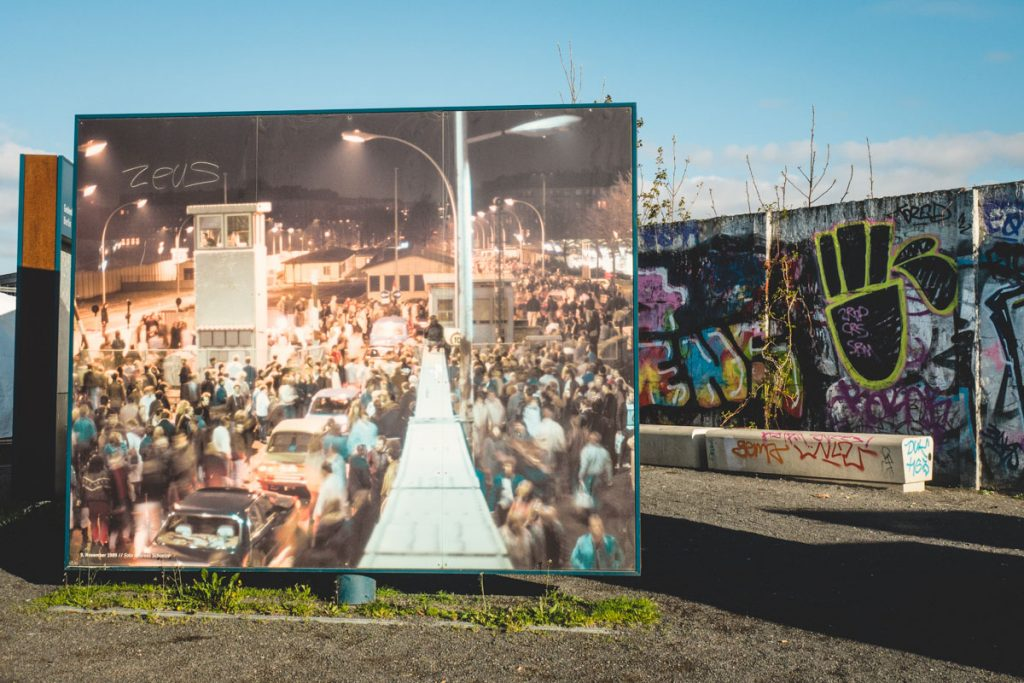 Plakatwand Berliner Mauer mit Menschen