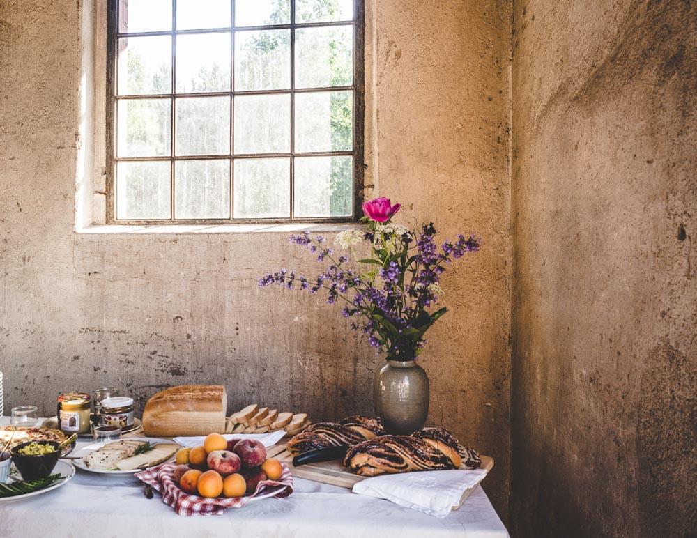 Tafel mit Blumen und altem Fenster