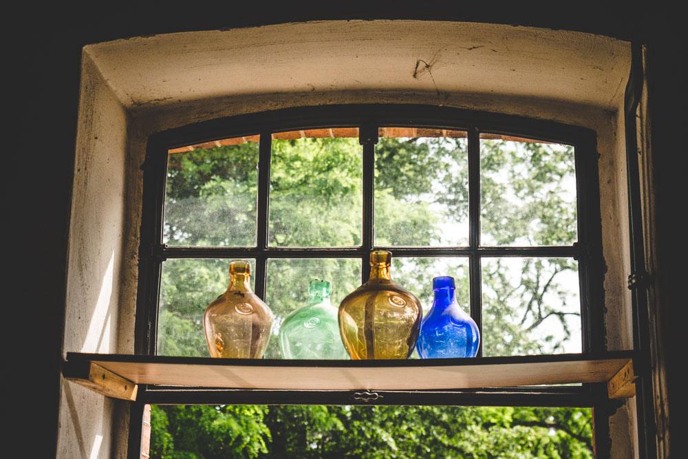 Glasflaschen im Fenster