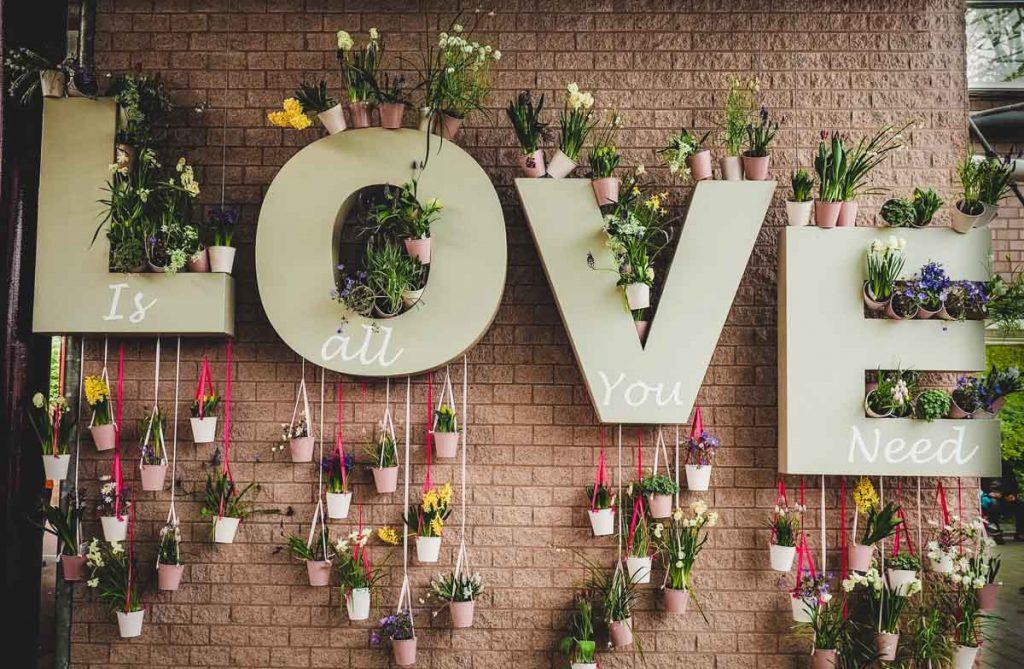 Buchstaben Love mit Blumen