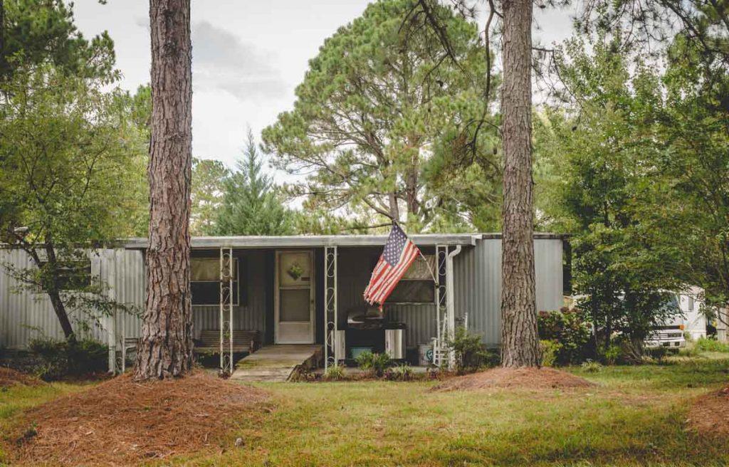 Kleines Haus mit amerikanischer Flagge