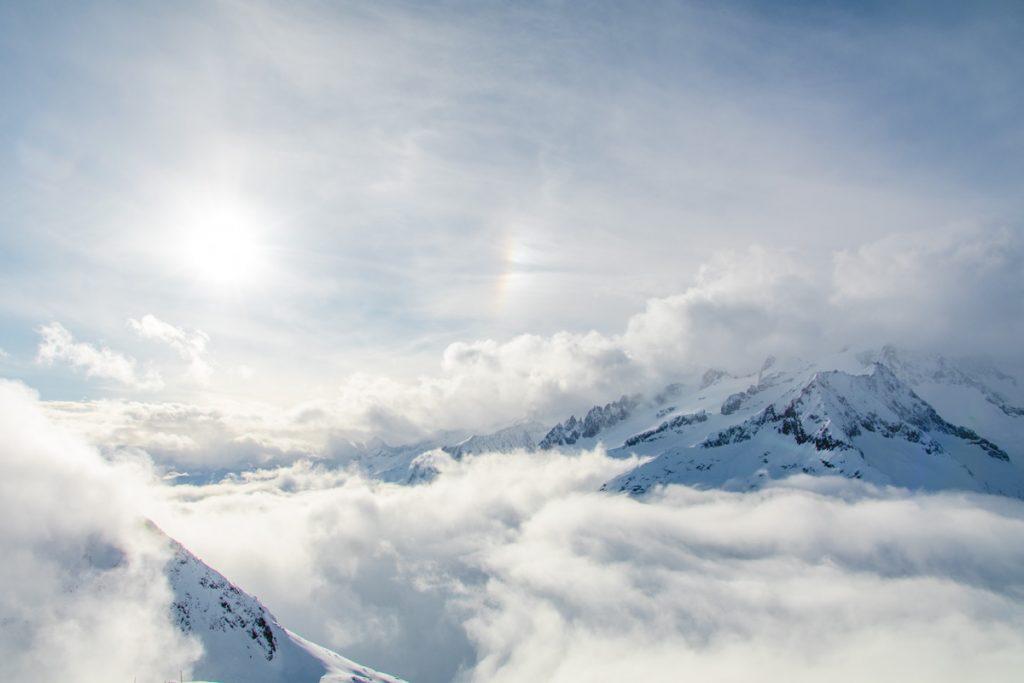 Berge in Wolken mit Halo