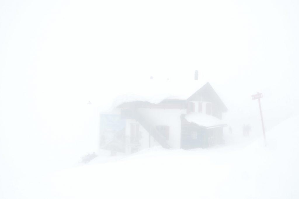 Hütte im Bergnebel