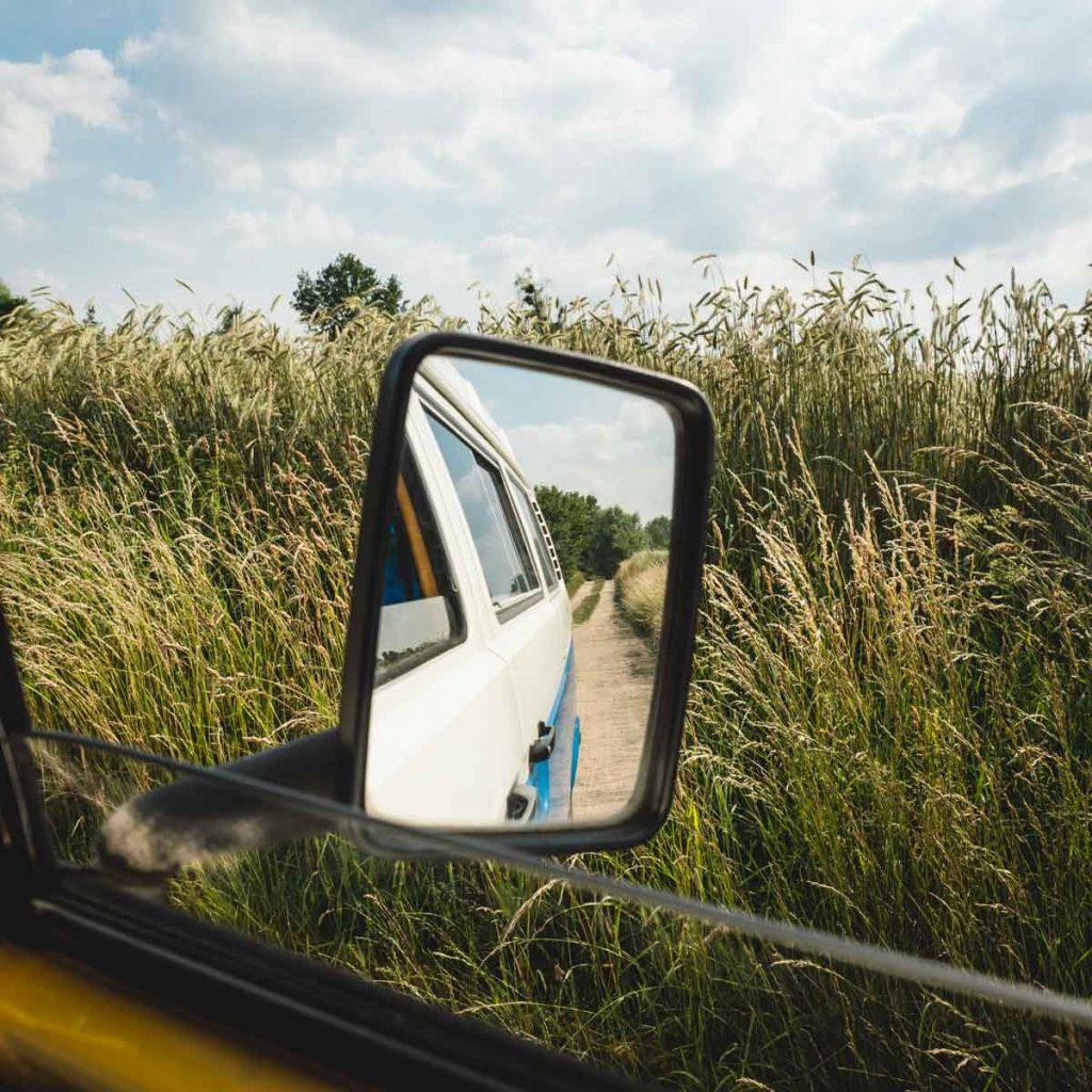 Rückspiegel und Kornfelder