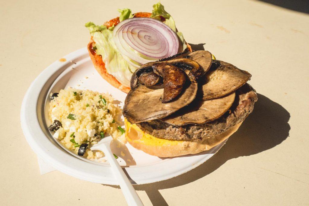 Burger mit Pilzen und Salat