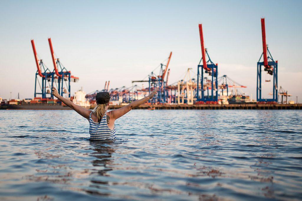 Schwimmen im Hamburger Hafen in der Elbe