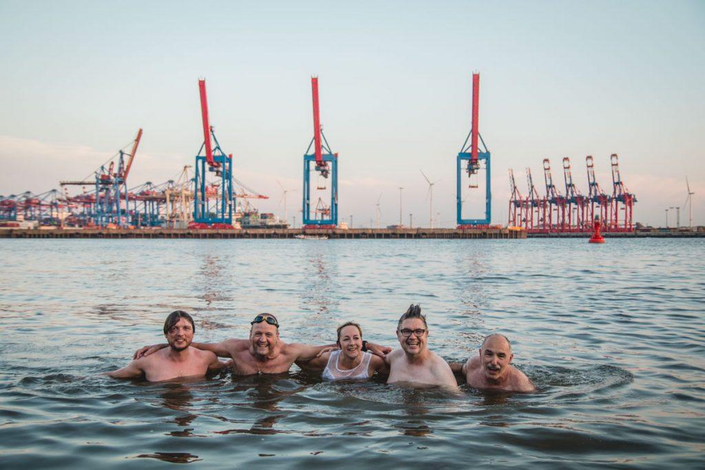 Schwimmen in der Elbe vor dem Hamburger Hafen